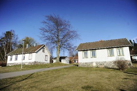 Nikolinehuset (til høyre) ligger på et tun sammen med skolemuseet. Skolemuseet ble brukt som skole fram til rundt 1960.