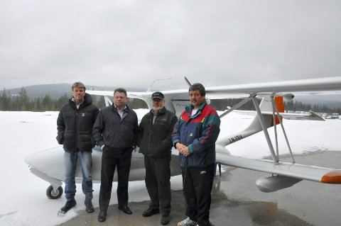 ENDELIG:Fra venstre: Per Gunnar Stensvaag, Leif Einar Bae Mysen, Svein Nordal og Martin Østvang oppe på Trysil flyplass, Sæteråsen.Flyklubben er glade for at de endelig får fast dekke på flystripa som i dag består av grus og er ubrukelig om det kommer regn.