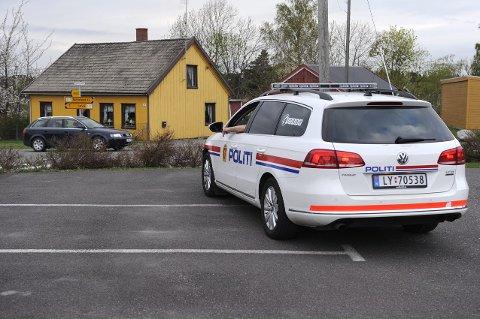 Politipost plassert ut ved fylkesvei 303 på Tjøllingvollen.