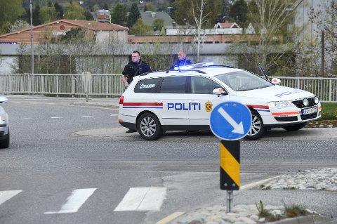 Politiet vokter trafikken ved brua inn mot Larvik sentrum over Lågen.