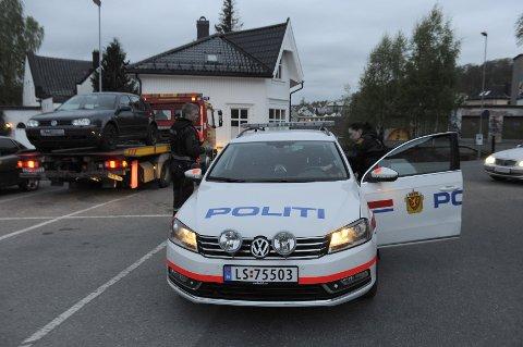 Politiet fant bilen som de mener de to ettersøkte mennene benyttet fire timer etter truslene ble framsatt. Bilen sto i Larvik sentrum, rundt hundre meter fra politistasjonen.