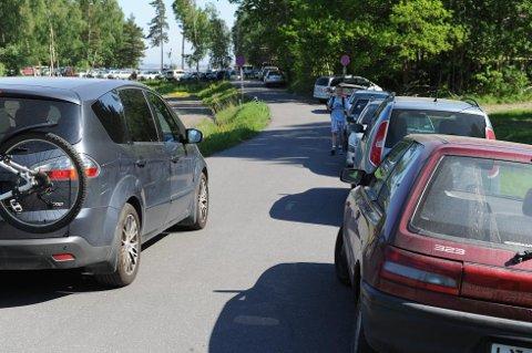 Noen kommer, noen går. Mange parkerte søndag ettermiddag feil på Østerøya i Sandefjord, og fikk derfor bot av politiet.