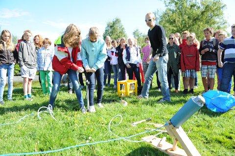 "Pauline Skomedal og Sarah Zimmermann Børresen fra Sande skole sørget, med iherdig punpin, for at raketten fikk en lang flytur under årets ""Energikampen"" i Badeparken."