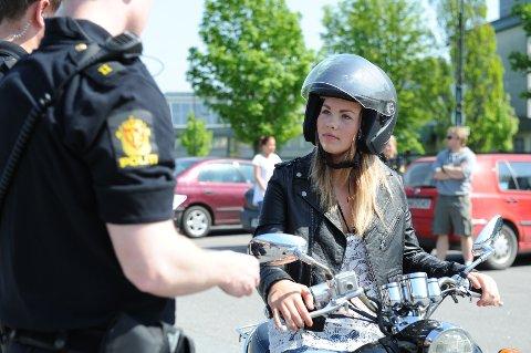 De fleste førere – som Silje Stellander – bruker hjelm. Men politiet sier at for mange lar være, og at dette kan få store konsekvenser i en eventuell ulykke.