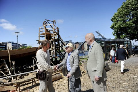 HJERTELIG: Det ble et kort, men godt møte mellom Carl Falck (105) og byggeleder Geir Røvik. Jacob Falck til høyre.  Foto: Anne Charlotte Schjøll