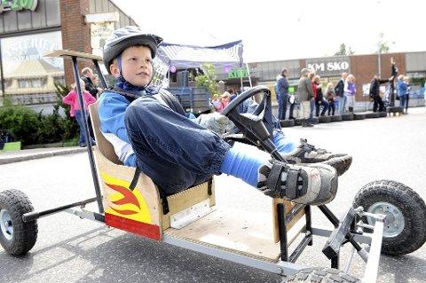 STOLT: Martin Brattekverne Bakken er stolt av Ola-bilen sin. Han kjørte fort under racet i Stokke sentrum lørdag formiddag. Foto: Kirvil Håberg Allum