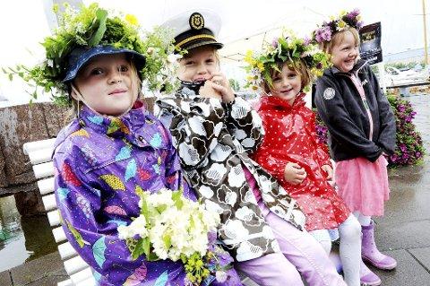 BLOMSTERBARN: Jenny Jahre Norum (5), Ingeborg Kreken (5), Maren Dyrnæs (4) og Ebba Enger Fulsaas (4) koste seg i regnet.