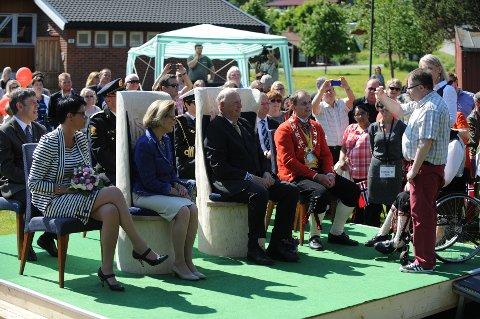 Dronning Sonja og kong Harald lærer tegnspråk.