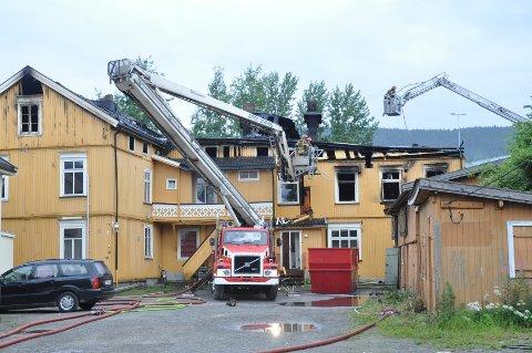 Brannvesenet var redd for at brannen skulle spre seg til uthusene (til høyre)