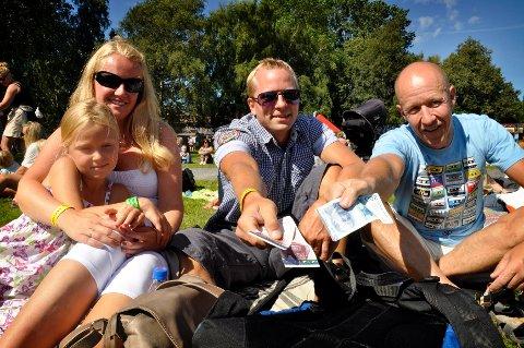 Åse Bjerkely Volden, datteren Tuva (7), Joakim Bjerkely Volden og Terje Stenberg har tatt med kontanter, slik arrangørene anbefaler.