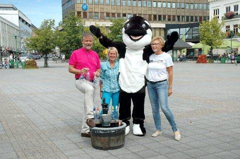 Både barn og voksne er hjertelige velkomne til Barnas Dag på Torvet lørdag. Roy Bjelke (f.v.), Anne Wang-Nilsen, spekkhoggeren uten navn og Elisabeth Teien gleder seg.