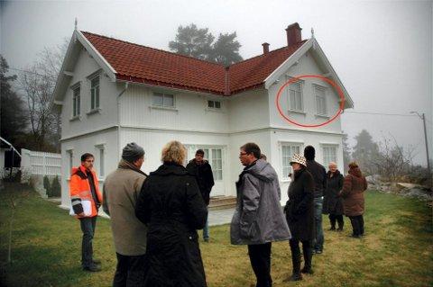 Planutvalget i Vestby befarer sommerhuset til Anette S. Olsen i Hvitsten. Olsen har ikke fulgt vindusreglene og nå har bøtene begynt å rulle.Foto: Kjersti Halvorsen