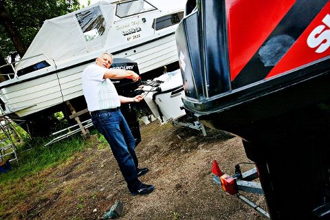 På land med skade? Biørn Arnesen i Gjensidige Forsikring konstaterer at det kan ta tid å få båten på vannet igjen.  Foto: Jon-Michael Josefsen