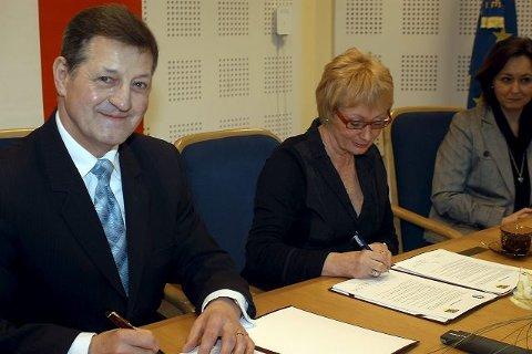 HISTORISKE AVTALE: Mandag morgen skrev Suwalkis president Josef Gajewski og ordfører Lise Wiik under avtalen som knytter de to vennskapsbyene nærmere hverandre.