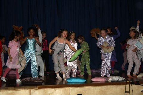 6-klassinger i funkjazz- klassen danset med spenstige bevegelse til Michael Jacksons låt.