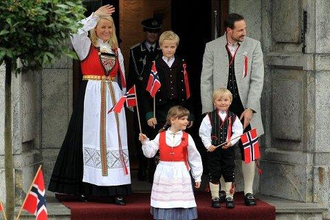 PÅ TRAPPEN: En blid kronprinsfamilie med kronprinsesse Mette-Marit, prinsesse Ingrid Alexandra, Marius, prins Sverre Magnus og kronprins Haakon vinket til barnetoget i Asker. FOTO: KARL BRAANAAS