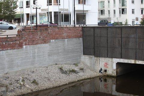 Graffitien er laget ved Rønne elv, ved innkjøringen til togstasjonen i Sandvika, der Willy Greiners vei og Engervannsveien møtes.