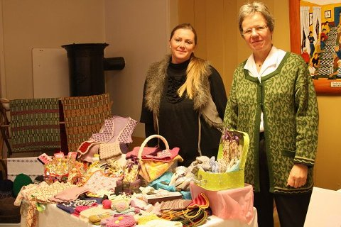 (F.v.) Elin Daler og Rigmor Heistø Strand stilte ut og solgte hjemmelaget nips, sokker, gensere og smykker.