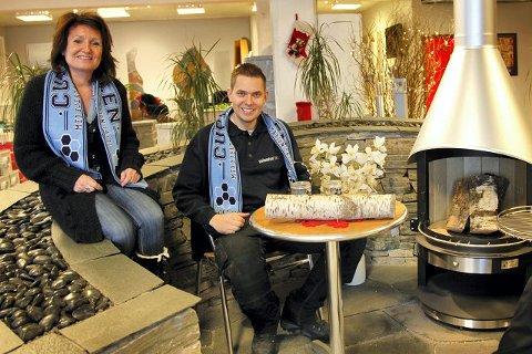 Nina Amlien og Olav Andreas Langseter, to av de fire eierne ved Steinsenteret i Ski, håper flere bedrifter ønsker å redde Follo FK. Derfor sender de stafettpinnen, eller i dette tilfelle; en real vedkubbe, videre til to andre nabobedrifter og håper hver av dem også bidrar med 10.000 kroner til klubben.  FOTO: ALEXANDER  CARLSEN STRANDE