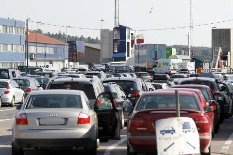 De ansatte på fergekaia i Moss forteller at bilistene nå må stå over én ferge for å bli med på turen over fjorden.