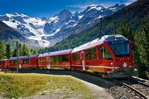 Bernina-tog på Montebello-svingen ved Bernina-passet. I Bakgrunnen: Morteratsch-breen, Piz Palue og Piz Bernina.