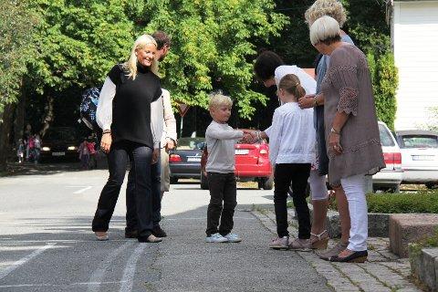 HØFLIG: Prinsen hilste på sin storesøster Ingrid Alexandrea da han møtte til skolestart på Jansløkka torsdag. Sverre Magnus kom til første skoledag med kronprinsparet og dronning Sonja.