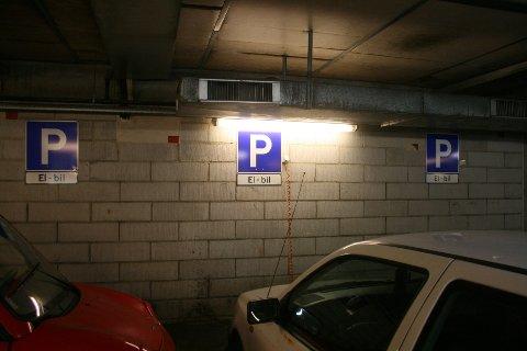 Parkeringsplassene for elbiler er stadig oftere opptatt.