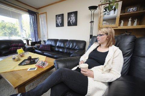 Linda Bolt-Hansen er lei av å sitte hjemme. Men hun frykter at banningen som følger med epilepsianfallene, samt at hun bare kan jobbe litt og ikke kan kjøre bil, gjør at arbeidsgivere vegrer seg for å ansette henne, tross erfaring fra blant annet barnehage og butikk.Foto: Per Langevei