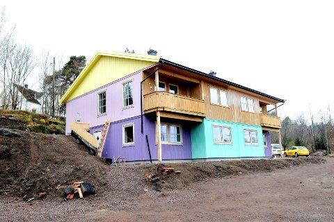 I fjor høst malte Linda Lie huset til høyre i forskjellige variasjoner av sjøgrønt. Nå maler hun huset i forgrunnen i flere friske farger.