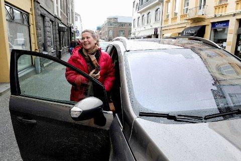 Høyre går for at ordningen med gratis kantsteinsparkering fortsetter. Det synes Ellen Damhaug Scheel fra Oslo er veldig bra. Hun besøker ofte Sandefjord, og nyter godt av å kunne sette fra seg bilen i sentrumsgatene uten å betale.Foto: Kurt André Høyessen