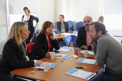 En gruppe personer innenfor privat og offentlig virksomhet og politikk møtes jevnlig for å meisle ut en visjon for Sandefjord. Fra venstre Sigrun Ringvold Børresen, Karin Virik, Petter Sanna og Ivar Sanna.  Foto: Per Langevei