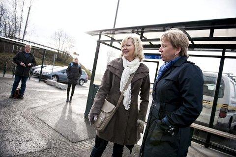 Bjørg Karin Bjåland Buttedahl (t.v.) og Marianne Østvand legger aldri møter til klokken ni. Til det er bussen blitt alt for uregelmessig, forteller de.