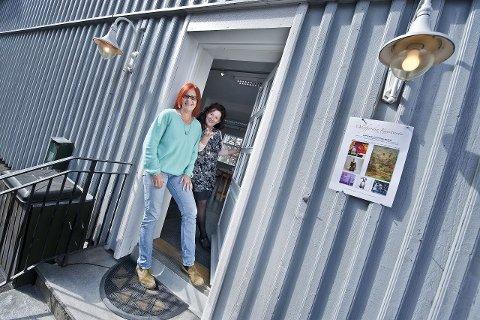 velkommen: Gjennom mange tiår var dette inngangsdøren til et skomakerverksted. Guro Synnestvedt og Elisabeth Frøberg inviterer inn til Oslofjorden Kunstsenter.