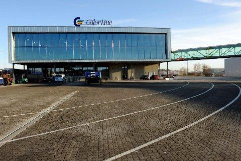 Ved Color Lines terminalbygg på Revet i Larvik er det rikelig med plass til både passasjerer og biler, og langt større tidsrom mellom Superspeed-avgangene.