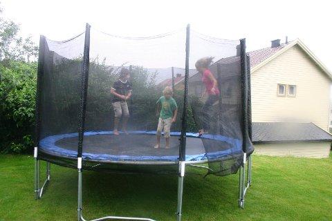 Skal man hoppe høyt, er det viktig å sette sikkerheten høyt. Direktoratet for Samfunnssikkerhet og Beredskap anbefaler alle trampolineeiere til å bruke et sikkerhetsnett.