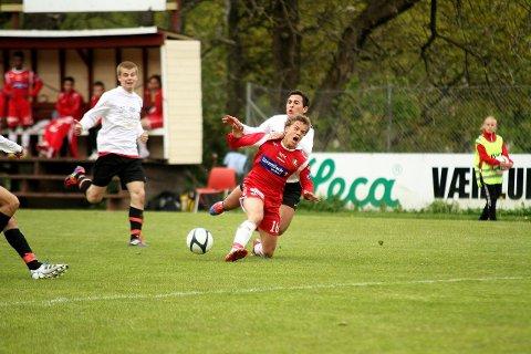 Rino Falk Larsen blir felt bakfra idet han er på vei gjennom. Han fikk seg også en skade i løpet av kampen, og måtte ut noen minutter før slutt. Han er en av mange DFI-spillere som kanskje ikke kan spille fredagens toppkamp i 3. divisjon.  FOTO: HENRIK AASBØ
