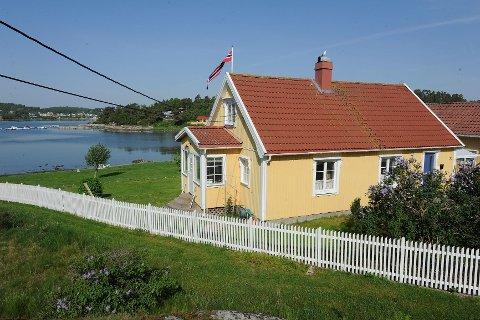 Dette trehuset i Østre Nes vei 35, som ligger rundt 30 meter fra strandkanten, skal rives til fordel for en ny bolig i to etasjer, samt en garasje. Foto: Atle Møller