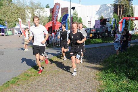Runars håndballherrer var «harer» for jentene i år. Her er det Simen Hansen (t.v.) og Stian Nøstdahl som er i farta.