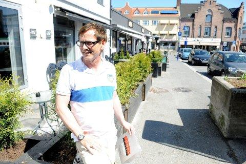 Johnny Peeters hos Jonas Frisør fant et gebiss i et tomt ølglass utenfor Murphy's pub. Nå lurer han på hvem som eier det. FOTO: ANDERS MEHLUM HASLE