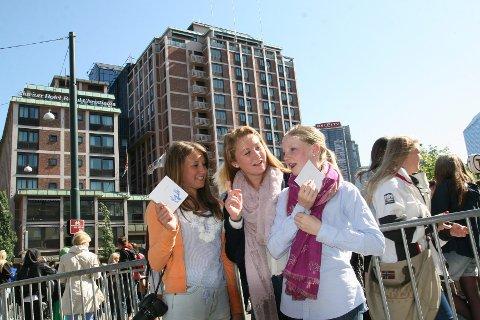 Trioen Pernille (14), Dorthe (14) og Mathilde (15) har kommet fra Sandefjord og tatt inn på samme hotell som popstjernen Justin Bieber. Det har så langt resultert i plasterlapper for to av jentene.