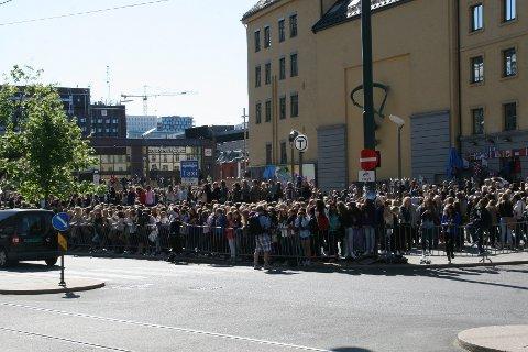 En haug med tenåringsjenter i Oslos gater da Justin Bieber og hans følge forlot Royal Christiania onsdag formiddag.