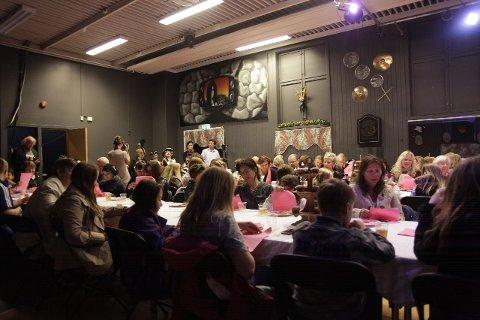 FULLT HUS: Salen fylte seg helt opp med tilskuere. De blir med på oppsetningen med blant annet å synge med på den rosa sangen (Bildet).