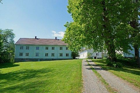 Slik ser gården ut fra krysset Semsveien/Holtsmarks vei.