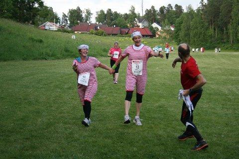 Damene Solfrid Bøe og Ulrika Dalen kom hoppende glade mot mål, og ble møtt av Høvik Jogg sin premieutdeler.