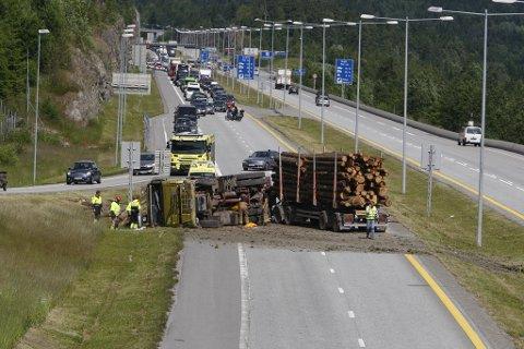 Vogntoget har veltet i sørgående kjøreretning på E18 mellom bommene i Sande og Hanekleivtunnelen.