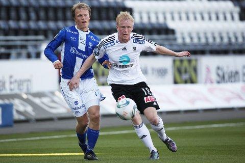 Odds Erik Midtgarden (t.h.) i duell med Jo Nymo Matland under eliteseriekampen mellom Odd Grenland og Sarpsborg 08 på Skagerak arena i Skien søndag kveld. Odd vant kampen 1-0.