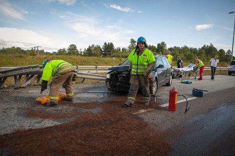 Her smalt det på E6. Autovernet er så hardt skadd at veien blir sperret. To personer er sendt til sykehus.
