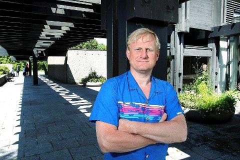 GODT STED: Jurymedlem Eirik T. Bøe utenfor Haslum krematorium, som han synes er et eksempel på særdeles god arkitektur. FOTO: KARL BRAANAAS