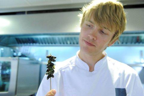 Geir Skeie vartet opp med frityrstekte iberiasnegler. Foto: Kurt André Høyessen