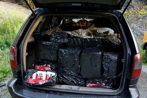 STAPPET FULL: Chrysleren var stappet full med øl og brennevin da politiet fant den på Slependen. Nå vil politiet inndra den. FOTO: TORE GURIBY